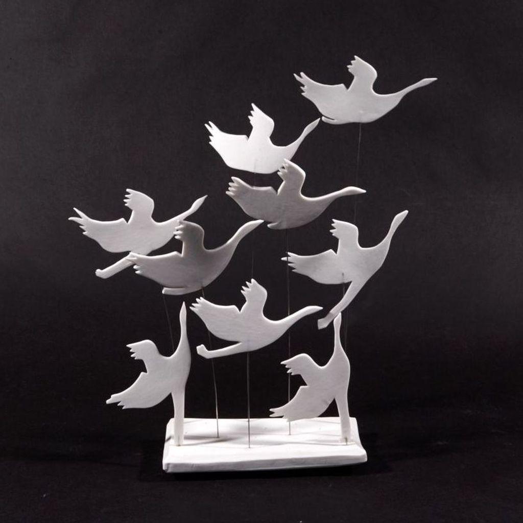 Porzellan-Kraniche mobil auf Stahlstäben, montiert auf Porzellanplatte
